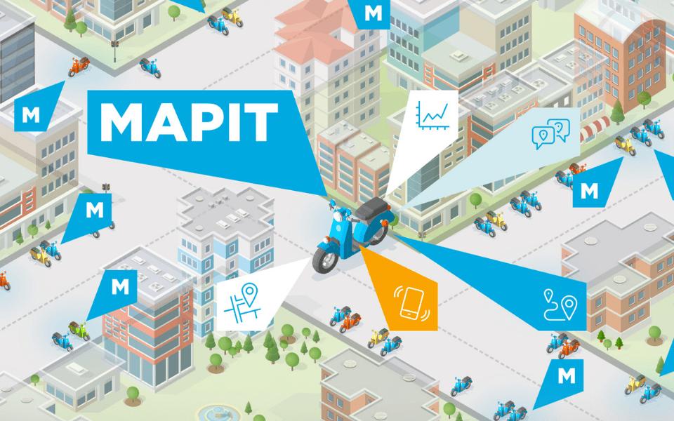 Ilustración gráfica de una ciudad con edificios y parques donde en el centro hay una ilustración de una moto scooter azul con varias etiquetas con la forma del logotipo que salen de la moto indicando las funcionalidades de Mapit. En el resto de la ciudad hay más logotipos azules de Mapit.