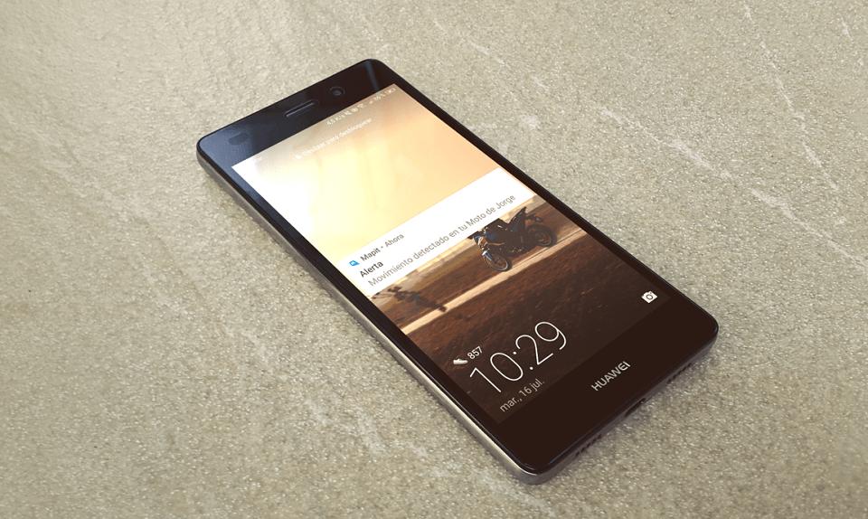 Teléfono móvil Huawei modelo P8 lite con pantalla encendida y una notificación de Mapit indicando que su moto se ha movido